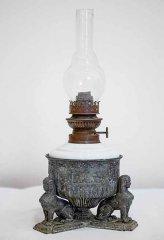 Настольная керосиновая лампа. Египетский стиль. Резервуар для топлива измолочного стекла, корпус иоснование избронзы. Высота лампы— 40см.Горелка «Матадор» Salvator-Brenner 12-линейная фирмы Erich & Graetz Германия, 1880-е—1900-е
