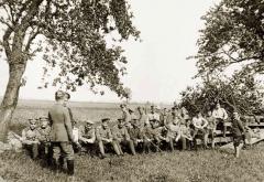 Пленные офицеры на прогулке. Нейссе, 1917